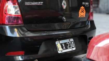 Duplican la multa por tapar la patente del auto