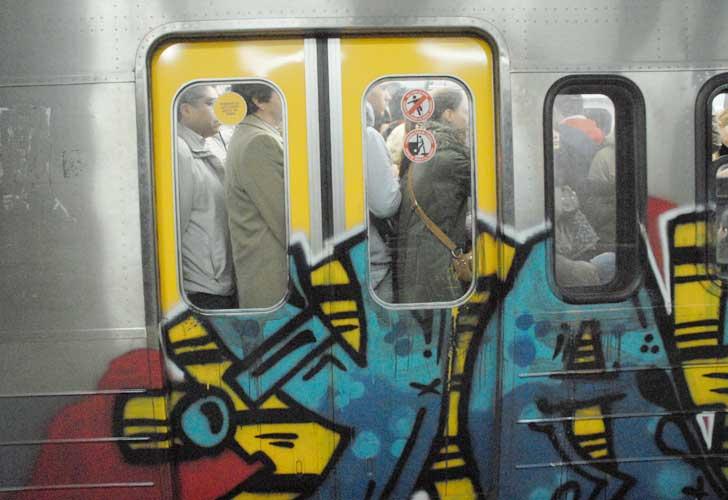 Detienen a dos grafiteros en el subte