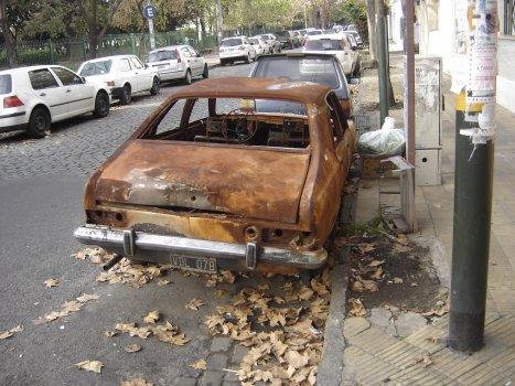 Crece la presencia de autos abandonados en la Ciudad