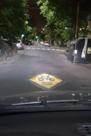 Prohíben estacionar vehículos en la calle Víctor Hugo en el tramo donde el gobierno quiere realizar la ciclovía