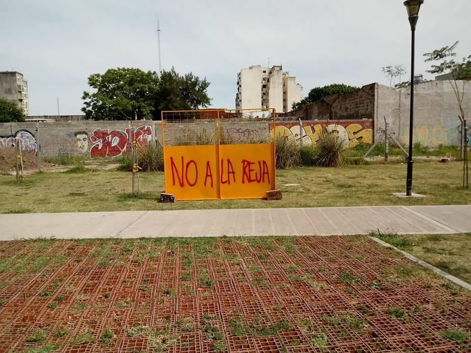 Enrejaron la plaza Las Toscaneras de Villa Real