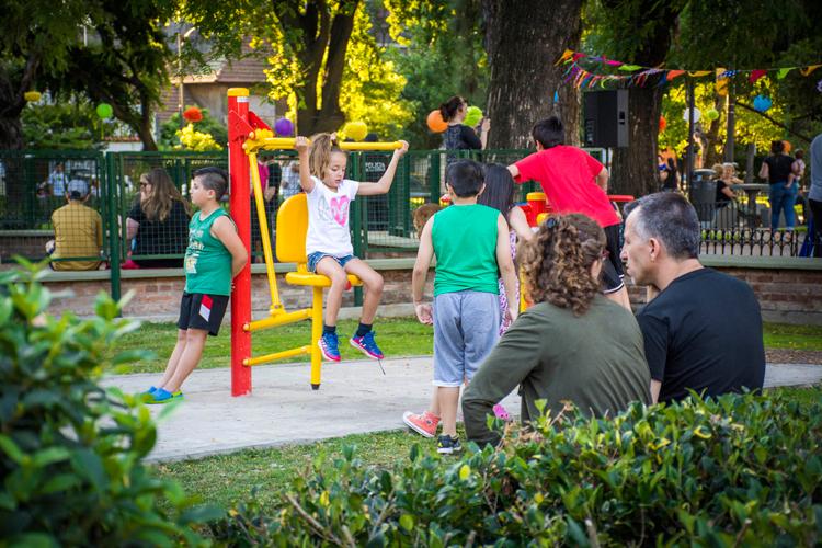 Con nuevos juegos y postas aeróbicas, reabrió la plaza Vélez Sarsfield