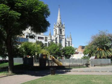 Organizan una visita guiada a la Plaza Vélez Sarsfield, un lugar lleno de arte e historia