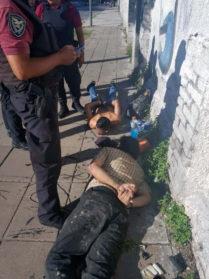 Atrapan a dos hombres que habían robado un auto en la Comuna 10