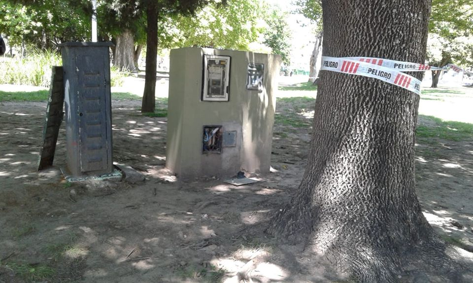Advierten sobre riesgo eléctrico y abandono en otras plazas de la Comuna 10