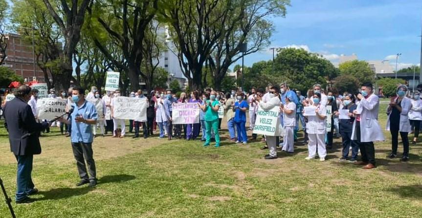 Protesta en el Hospital Vélez Sarsfield: el personal de salud salió a la calle para exigir más recursos humanos y aumento salarial