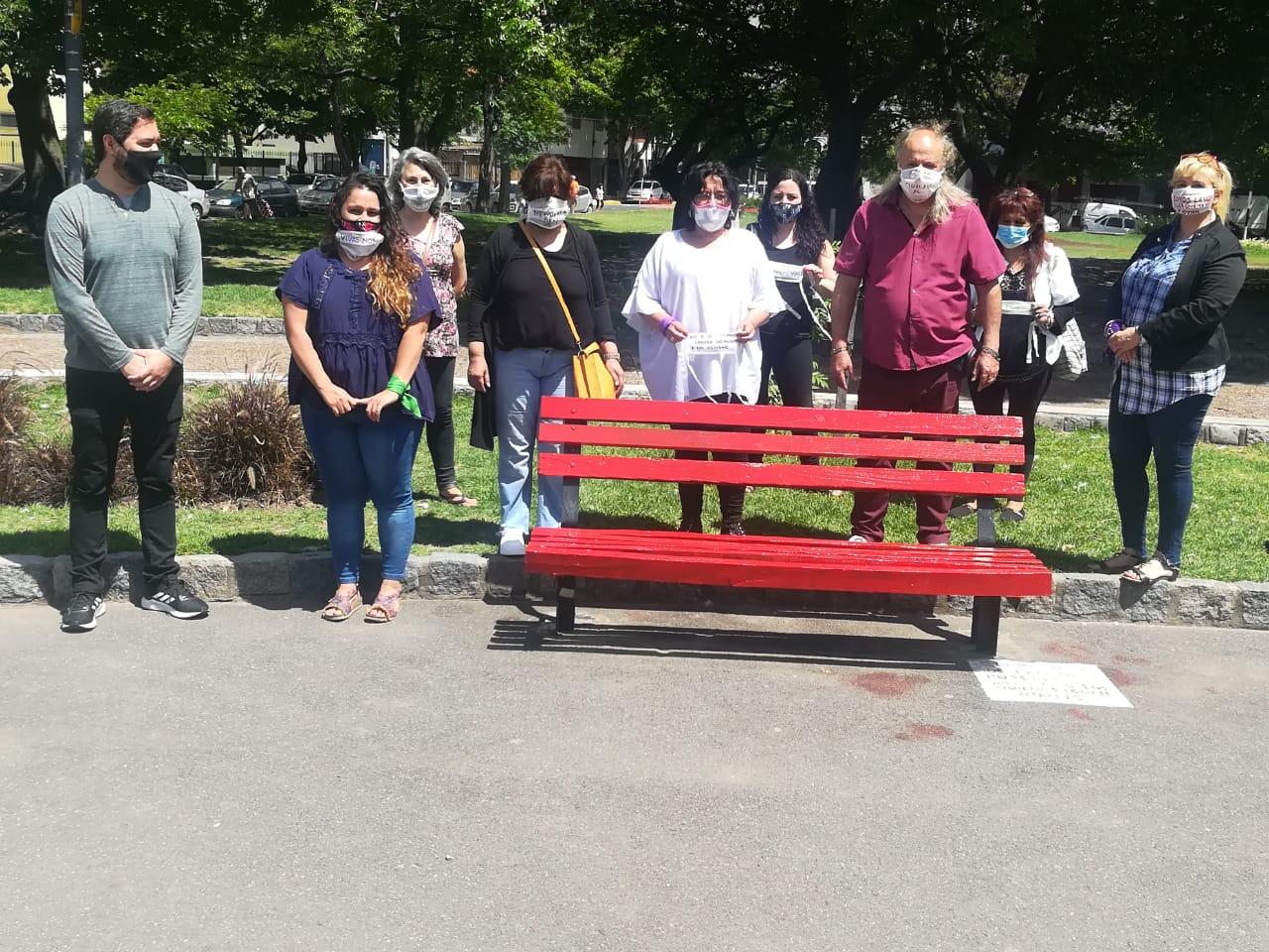 Inauguraron un banco rojo en la Plaza Monte Castro | Un símbolo contra la violencia hacia las mujeres