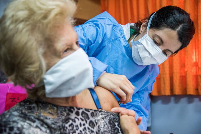 Comienza la vacunación a personas mayores de 80 años | En la Comuna 10 habrá dos centros habilitados