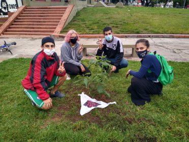 Jóvenes que plantan Memoria | Realizan un Mural y colocan una baldosa en homenaje a Jorge Moltrasio en la Plaza Banderín