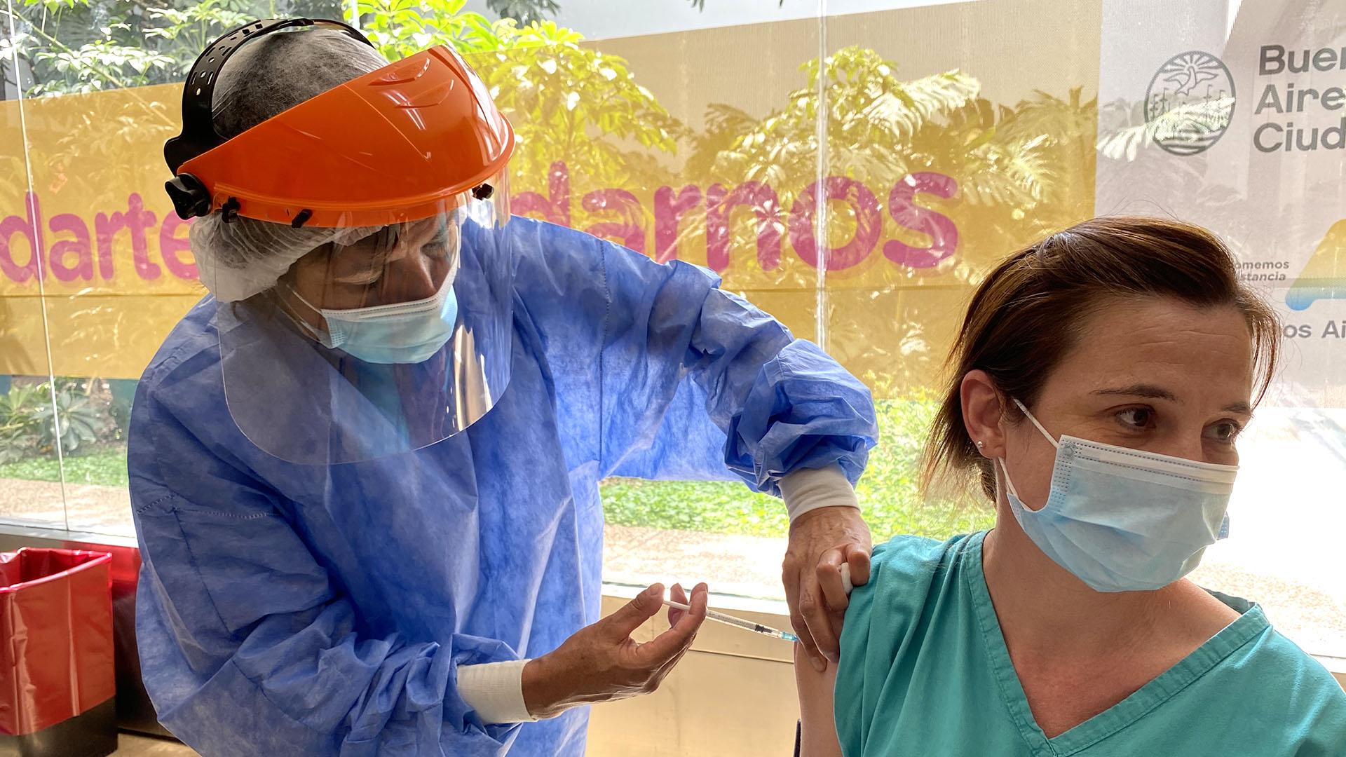 """""""En el Hospital Vélez Sarsfield falta vacunar al 50% del personal de salud"""""""