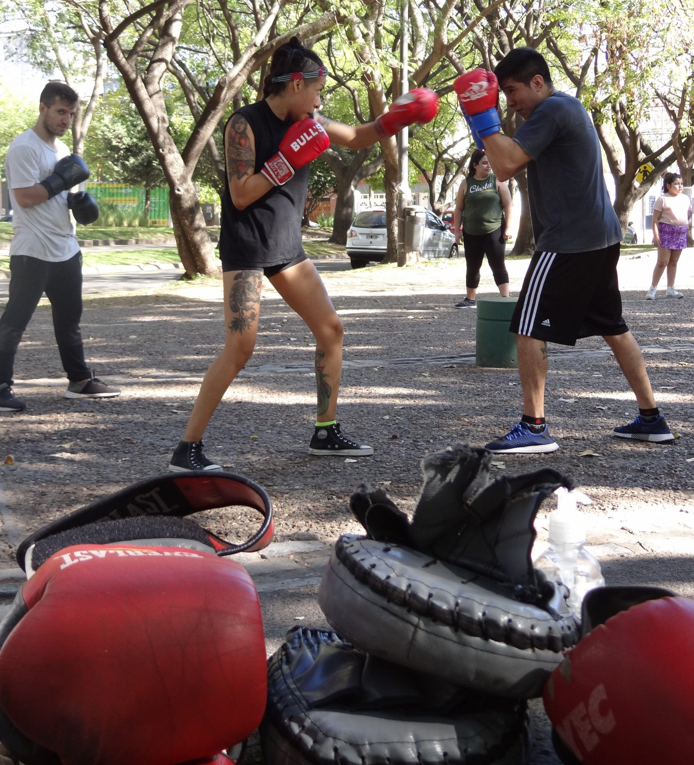 Boxeo gratuito y popular en la plaza Monte Castro