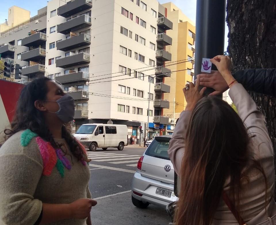 Vivas nos queremos | Señalizan lugares de la Comuna 10 donde se produjeron femicidios